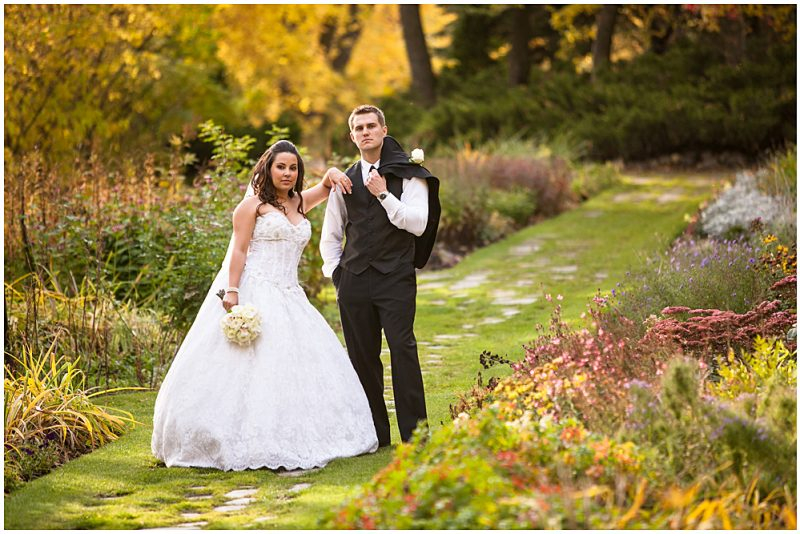 Striking fall wedding in the River Road Provincial Park